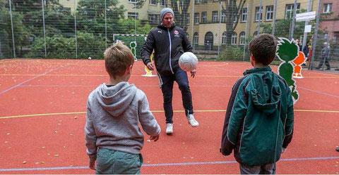 Sascha Rösler auf dem Bolzplatz des Kinderhilfezentrums Düsseldorf