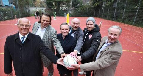 Gemeinsam mit OB Geisel haben Michael Hanné, Bodo Knop, Michael Riemer, Sascha Rösler und Stephan Siebenkotten-Dalhoff (v.l.) den Bolzplatz eröffnet.
