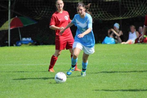 Unsere ehemalige Stürmerin Angie guckt nicht nur dem Ball hinterher...sie holt ihn sich auch wieder!