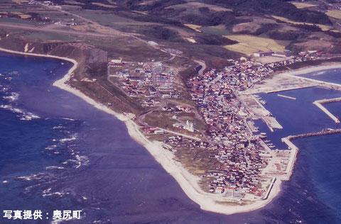 写真1-2 地震以前の青苗地区(提供:奥尻町)