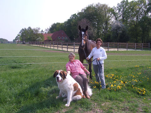 Familienfoto vor dem Hof Felix: Clarisa und Claudia mit Felix und Thomas