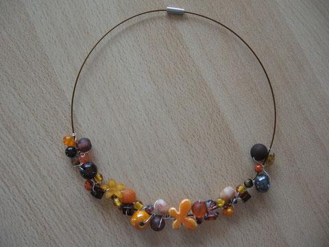 Modèle 2 : tour de cou câblé brun avec différentes perles, 46 cm : 20 euros.