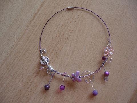 Modèle 4 : tour de cou câblé violet, 46 cm : 15 euros. VENDU.