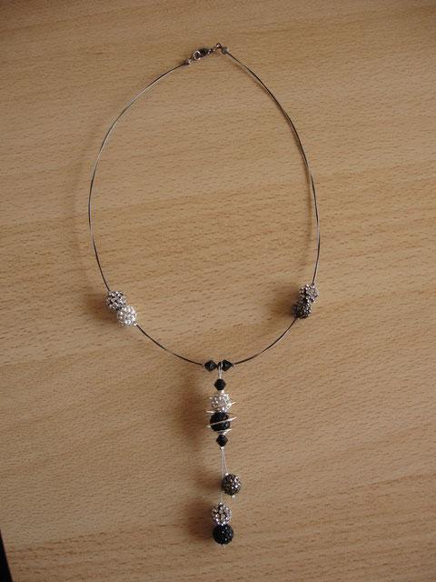 Modèle 10 : collier shamballa élégance : longueur : 45 cm, toupies swarowski, spirale : 18 euros.