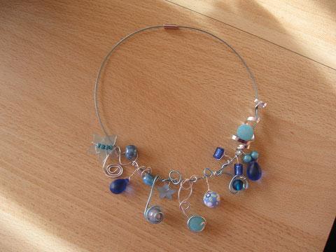 Modèle 4 : tour de cou câblé bleu, 46 cm : 15 euros. VENDU.