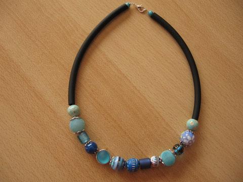 Modèle 3 : collier en buna cord avec perles de différentes matières, longueur : 45 cm : 20 euros. VENDU.