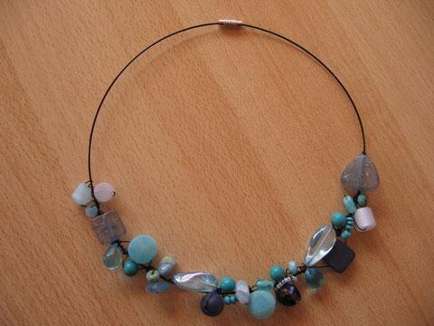 Modèle 2 : tour de cou câblé noir avec différentes perles bleues, 46 cm : 20 euros.