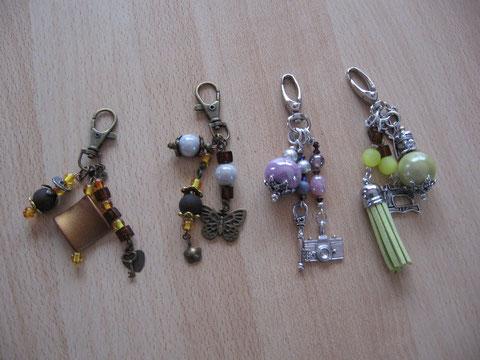 Bijoux de sac ou porte-clés : 8 euros. Le brun/papillon et le vert anis sont vendus.