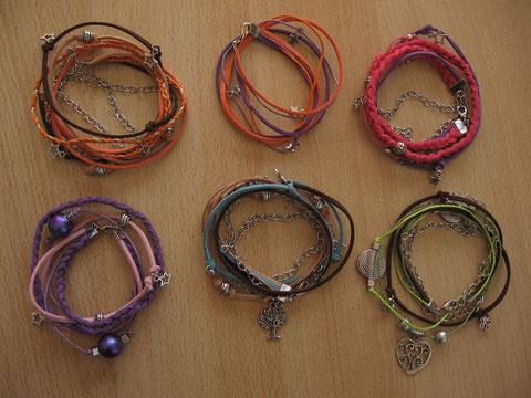 Bracelets 2 tours en daim, cordon de coton et chaîne : 6 euros les 2 bracelets sans chaîne et 8 euros les autres.