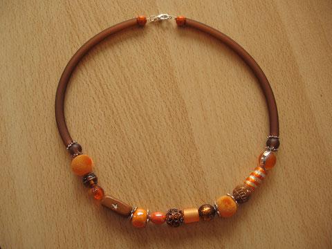 Modèle 3 : collier en buna cord avec perles de différentes matières, longueur : 48 cm : 20 euros. VENDU.