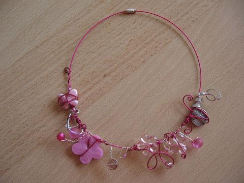 Modèle 4 : tour de cou câblé rose, 46 cm : 15 euros. VENDU.