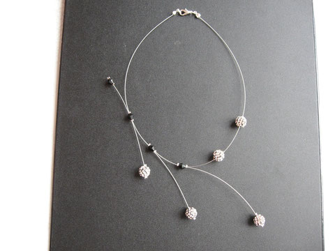 Modèle 13 : collier shamballa déferlant : 12 euros. Possibilité de le faire dans différents coloris.