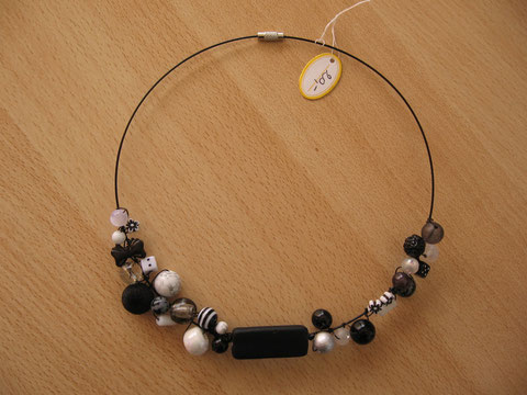 Modèle 2 : tour de cou câblé noir avec différentes perles noires, blanches et grises, 46 cm : 20 euros.