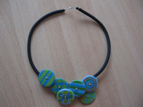 Modèle 8 : collier en buna cord et boutons fantaisie : longueur   cm : 12 euros. VENDU.