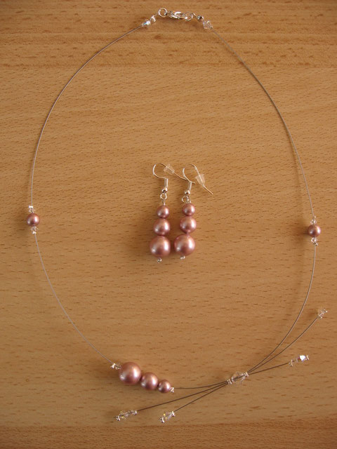Modèle 25 : collier étoile filante, longueur : 48 cm : 15 euros.