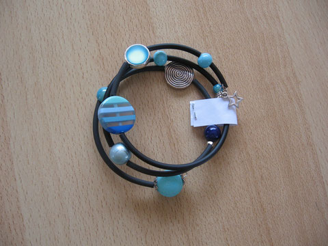 Bracelet en buna cord et fil mémoire, diamètre 65 mm : 6 euros. VENDU.