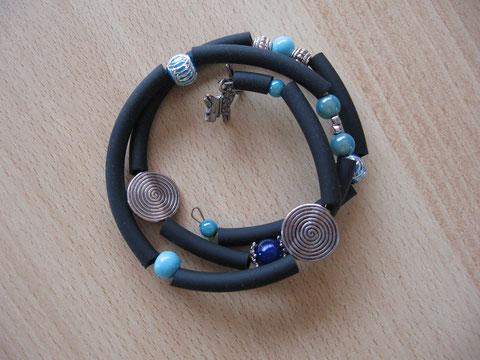 Bracelet en buna cord et fil mémoire, diamètre 65 mm : 6 euros.
