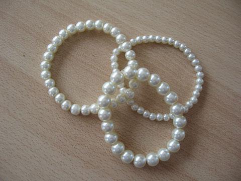 Bracelets : 5 euros.