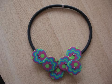 Modèle 8 : collier en buna cord et boutons fantaisie : longueur   cm : 12 euros.
