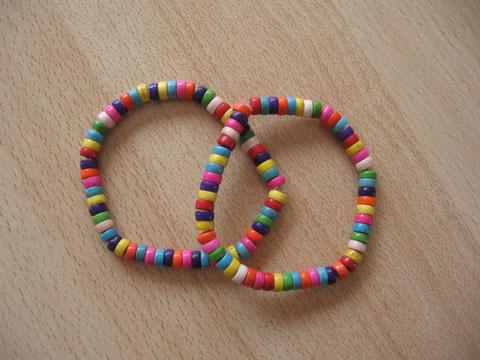 Bracelets multicolores : 4 euros.