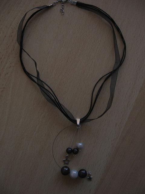 Modèle 28 : collier en coton et organza avec perles magiques : 8 euros.