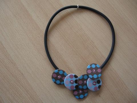 Modèle 8 : collier en buna cord et boutons fantaisie : 12 euros. VENDU.