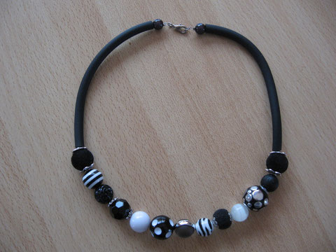 Modèle 3 : buna cord et différentes perles de différentes matières : 20 euros. VENDU.