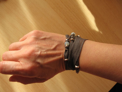 Bracelet soie Opal Grey : 12 euros.