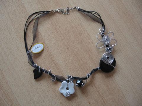 Modèle 1 : collier en coton et organza, différentes perles et fil alu : 10 euros.