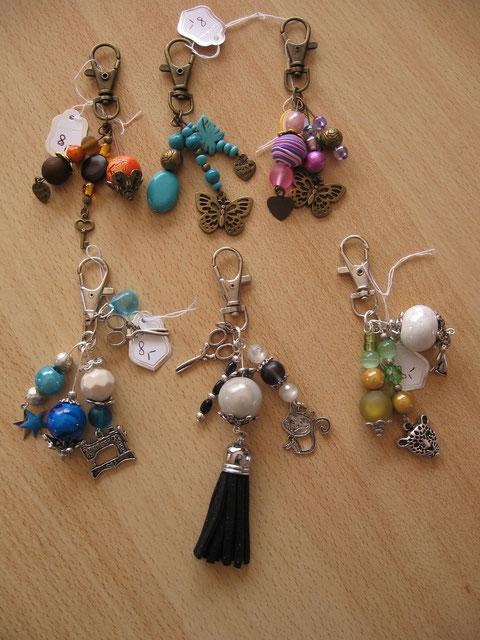 Bijoux de sac : 8 euros. Le turquoise/argenté, le noir/blanc et l'orange/brun sont vendus.