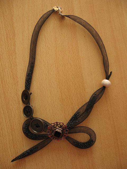 Modèle 28 : collier en tube résille : 10 euros. VENDU.