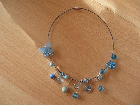 Modèle 4 : tour de cou câblé turquoise, 46 cm : 15 euros.