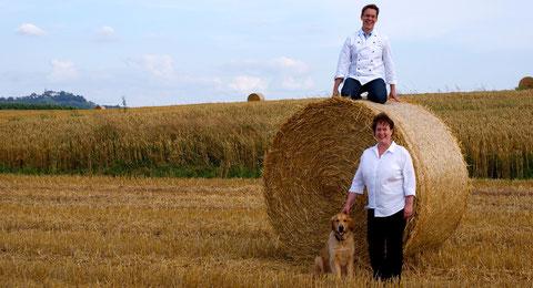 Die Geschwister Born begutachten ihr Korn. Qualitätssicherung im Feld.