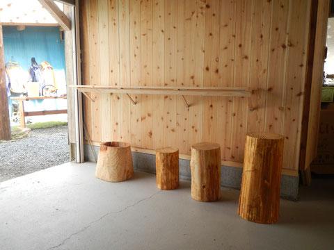 渡川山村商店officeの椅子はNICEな丸太椅子