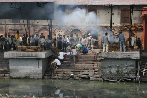 Totenverbrennung am Bagmati (Quelle: Internet)