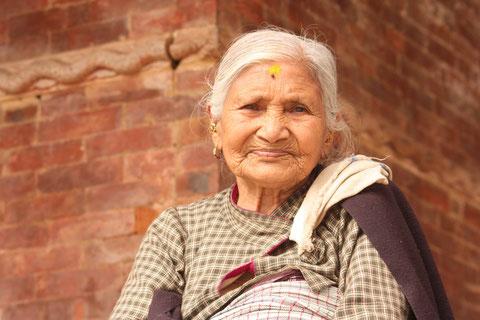 Alte Frau in Kathmandu