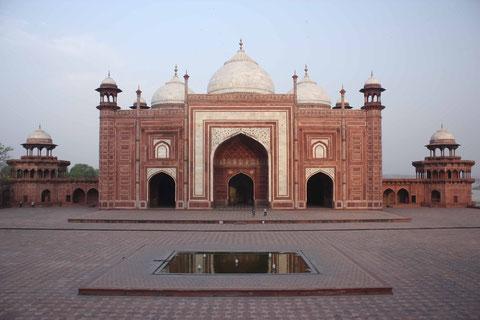 Eines der 3 Eingangstore zum Taj