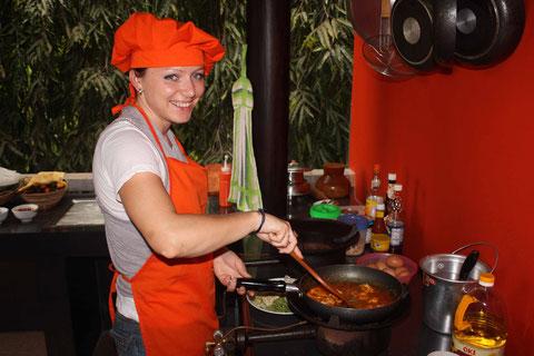 Jana beim Kochen.