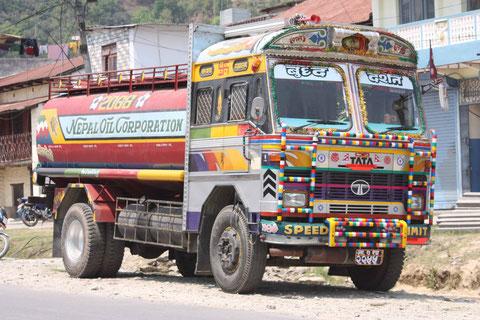Diese Trucks finden sich überall in Nepal