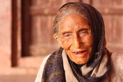 Dieser alten Frau waren 7 Rupies für ein Foto tatsächlich zu wenig