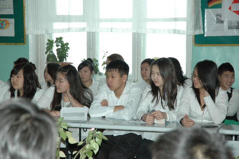 Aufmerksame Zuhoerer und Fragensteller der Klasse 9
