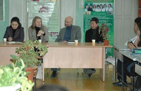 Schulmanagerin Frau Munkhtsetseg, Expertin Frau Dr. Noetzold, Leiter der KAS-Büros Ulan Bator Herr Rey