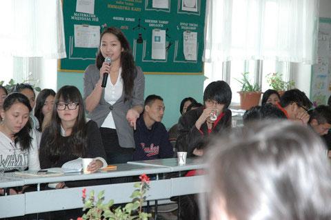 Enkhjin aus der Klasse 10 stellt Frau Dr. Noetzold eine weitere Frage.