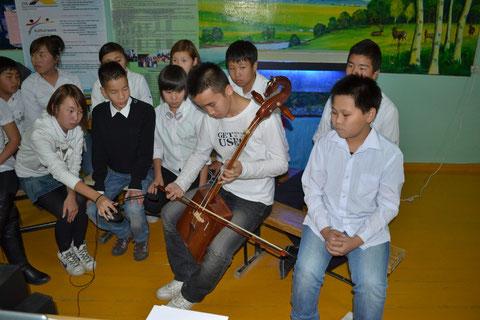 Unsere Schüler spielten auf der Pferdekopf-Geige, einem traditionellen mongolischen Musikinstrument.