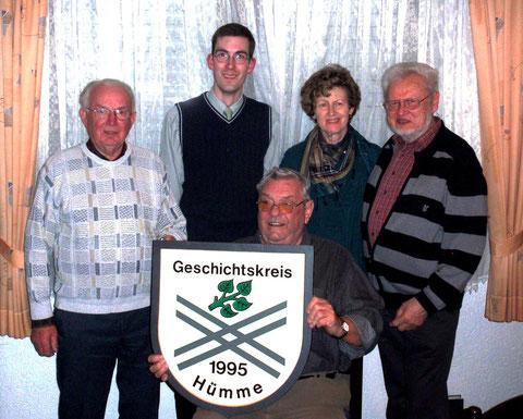 Ein Bild aus früheren Zeiten: Das Vorstandsteam mit dem verstorbenen Schriftführer Karl Spengler (Foto: Geschichtskreis Hümme).