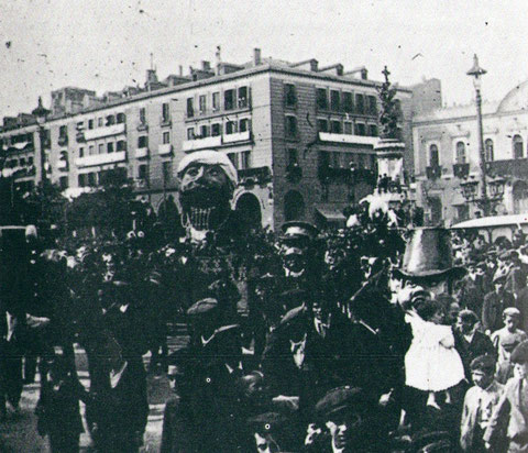 El tragachicos en la Plaza España a principios del s. XX. foto de Archivo Ibercaja.