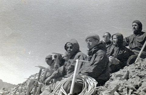 Mi padre, Hernán Núñez ( el de la cuerda) en una de sus tantas expediciones.