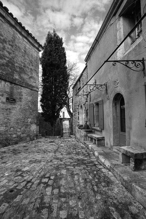 """MG0326 •""""Cour des porcelets """" Ruelle des Baux de Provence."""