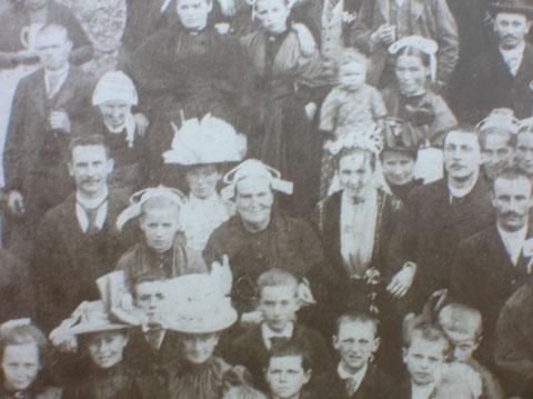 Azeline Le Blain (centre) au mariage de sa fille Olympe Renault (à sa gauche). A sa droite (cravatte), Jean-Baptiste Renault à l'âge de 18 ans.