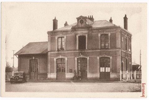 La gare de Broons dans les années 1950. Ce lieu essentiel de communication pendant plus d'un siècle a été rasé dans les années 1990.